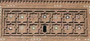 Tour mudéjar de San Salvador à Teruel (Espagne). Détail de l'entrelacs des étoiles de huit pointes formant des croix latines